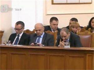 Министри си чатят, докато чакат уволнение