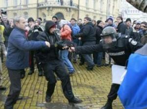 Полицаи бият протестиращи