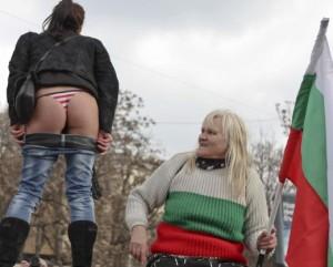 Столичанка протестира по голо дупе
