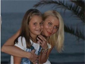 Отвлечената Лара и Моника Добринова