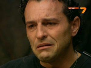 Деян плаче
