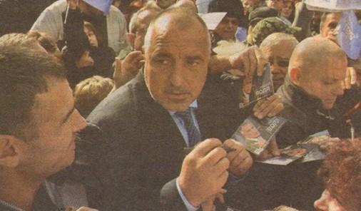 Борисов раздаваше автографи върху вехти картички