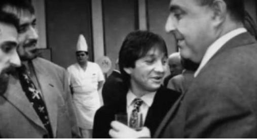 1995 г, официален коктейл на набиращата популярност застрахователна компания СИК. Бойко Борисов е на предна линия като личен бодигард на братята Маргини. На кадъра Борисов е с най-видните представители на групировката