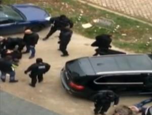 """Любителско видео от зрелищния арест на Мангъров край площад """"Македония"""", 11 ноември, понеделник"""