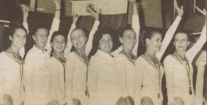 """1961 г. Балетният състав при Двореца на пионерите изпълнява """"Лебедово езеро"""". Вера  първата вляво"""