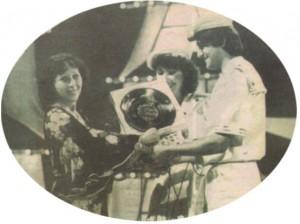"""1984 г., Германия, Здравко от """"Ритон"""" е с моряшки костюм, представяйки песен за морето. Като член на журито Зорница Попова им връчва наградата"""