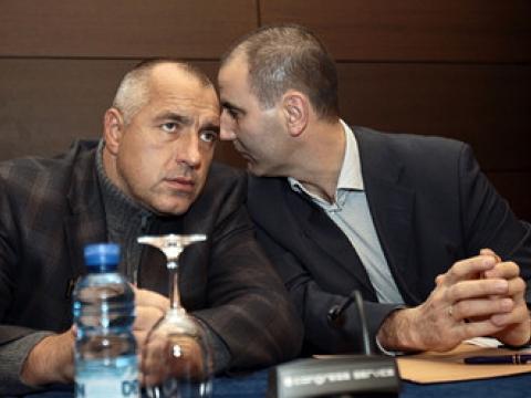 Борисов внимателно слуша какво му нашепва екс вътрешния министър