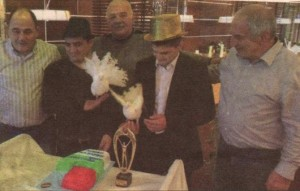 """Преди Иво и Армен да разрежат тортата с цветовете на националния флаг, белите гълъби, които са атракция на ресторанта, кацнаха върху ръцете им. """"Носят здраве и късмет. Значи ни предстои още по-урожайна година"""", пророкуваха гостите на двамата отличници"""