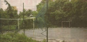 """Ето така изглежда """"ремонтираната"""" със 100 бона спортна площадка в жк """"Сердика"""""""