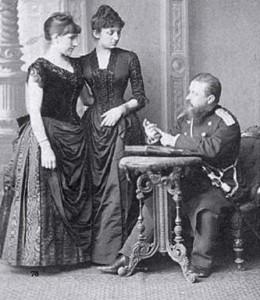 Мара Бепчева (в средата) в дворцова обстановка като придворна дама през 1890 г.