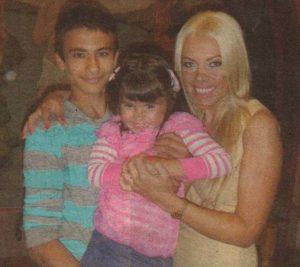 Меги със сина си Боби и кръщелницата Гери