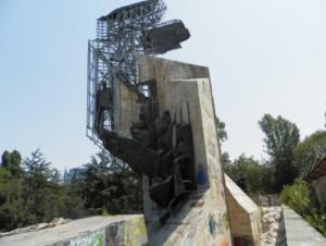 Паметникът пред НДК
