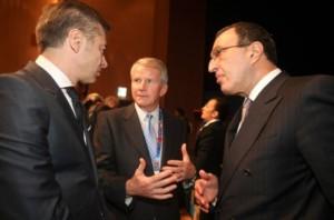 """Стамен Станчев (вляво) в приятелски разговор с президента Петър Стоянов и Реймънд Лейн, член на съвета на """"Спешъл Олимпикс Интернешънъл"""""""