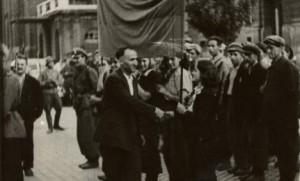 Тодор Живков поздравява партизаните
