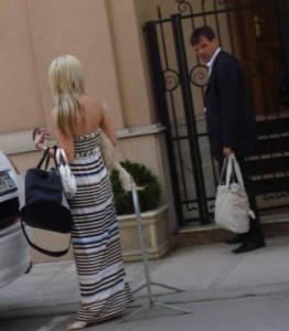 Капризната щерка на банкерката връчила торби с покупки на гарда си