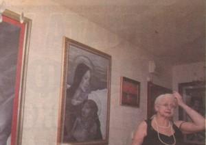 Явора Стоилова до част от платната, рисувани от дъщеря й, които бяха показани в 38-ата й изложба