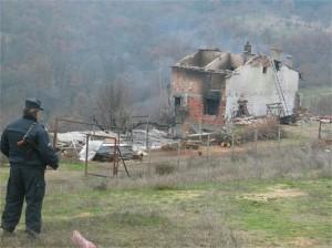 Къщата на Чакъра след обстрела с гранати на 10 декември 2003 г.
