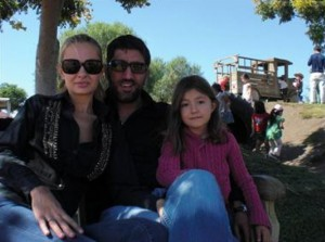 Башар с щерката си и жена си Калина