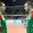 Близнаците Георги и Валентин Братоеви подливат вода на Камило Плачи