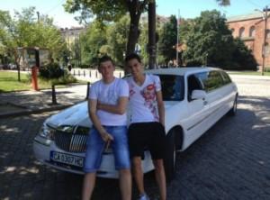 Синът на Фидосова, Франсоа (вляво), гъзарее с пура пред скъпарска лимузина