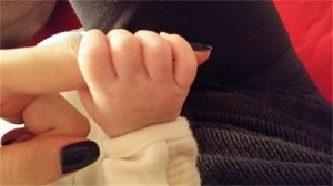Ива пусна само снимка на бебешката ръчичка