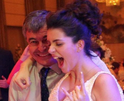 Бившият столичен кмет Стефан Софиянски признава, че му е било трудно да даде щерка си Ива. Амбициозният и заможен Антон Божков обаче спечелил симпатиите му и бащата сияе на сватбата