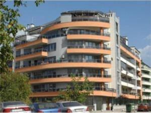 В тази сграда в комплекс от затворен тип Владимир Първанов се сдобил е жилище на двойно по-ниска цена от пазарната