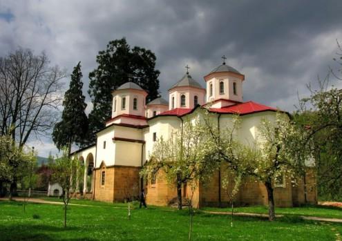 Манастирът е благоустроен така, че да привлича все повече вярващи