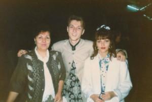 Миро като ученик с майка си и сестра си, които са силно набожни
