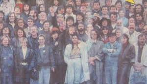 """Прословутата снимка пред """"Ал. Невски"""" на поп и рок певци, подкрепящи СДС. Мъжът, към когото сочи стрелката, не е Пламен Орешарски, а Веселин Тодоров от """"Фактор"""""""