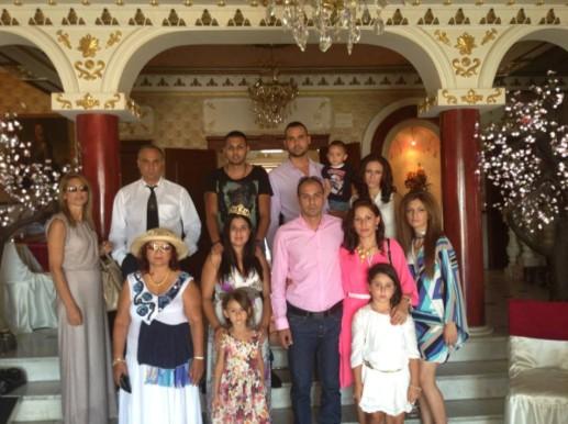 Многолюдната фамилия на Цар Киро се събра, за да отпразнува освобождаването му