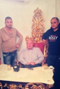 Кирил Рашков гордо позира на позлатения си трон в стил катунски барок, вдясно от него е синът му принц Ангел, а вляво - внукът му Криси