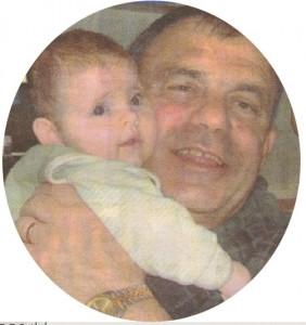 Бащата на Венета Райкова - Румен с внучката си