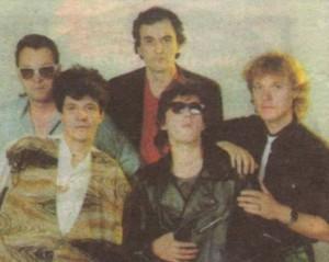 """Група """"Фактор"""" през 80-те с вокал Огнян Цолов (с тъмните очила отпред) и ръководител Весо Кокала, тъмнокос тогава (зад него)"""