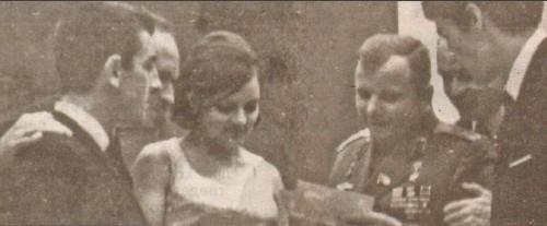 Богдана дава автограф на космонавт №1