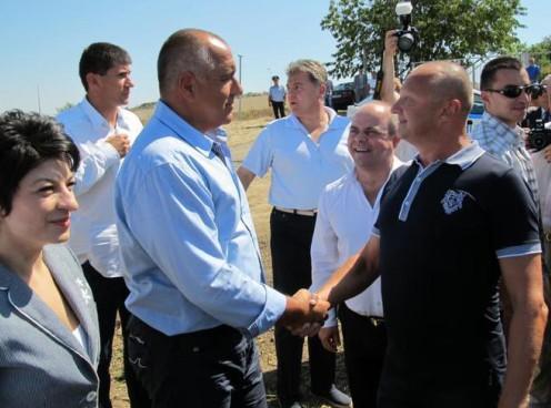 Бойко Борисов се поздравява с депутата Пламен Нунев, а отляво е протежето му - кметът на Русе Пламен Стоилов
