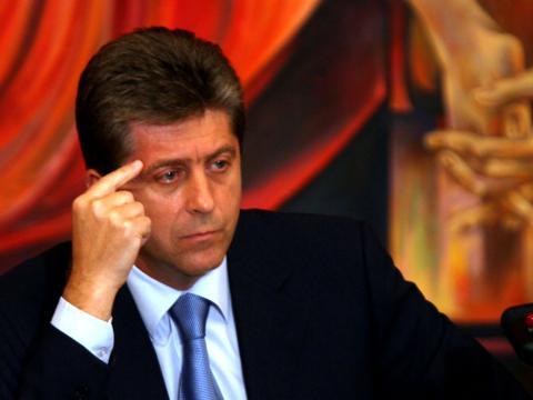 Първанов е спокоен, че досието му е старателно ошушка-но. Дали обаче в някой момент липсващите 36 сдраници няма да се появят?