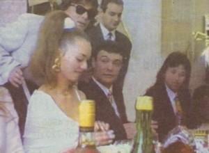Жоро и Мая заедно с кума си Румен Нарциса (в дъното на масата). Зад младоженците е Васил Илиев, който плаща масрафа