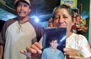родителите му показват негова снимка от преди изчезването му
