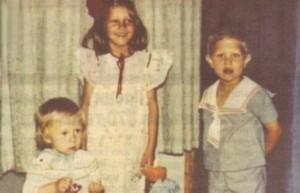 Малкият Калин (вляво) със сестра си и брат си. Тримата са изключително близки и до днес