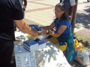 Марисиа раздава безплатно творбите си в центъра на Дупница при едно от връщанията си в родината