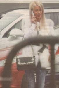 """Гонзовица нарами луксозната си чанта """"Филип Плейн"""" за 3000 лв. и дърдорейки по телефона, тръгна да обикаля бутиците на """"Витошка"""" за още модни трофеи."""