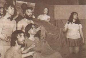 Мартина (крайната вдясно) е доста едра още като студентка, докато Пенев (вторият на първия ред) е нежен младеж