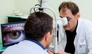 Д-р Топов по време на преглед