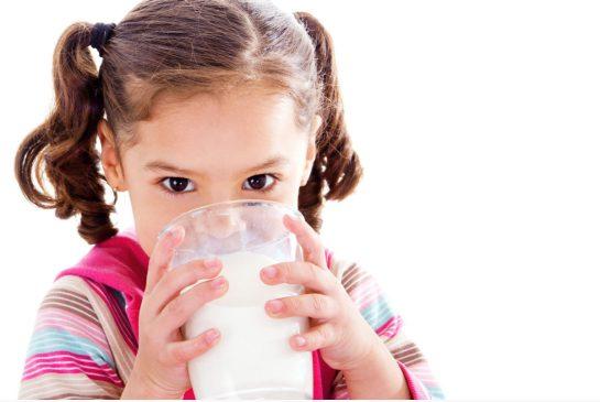 дете пие мляко