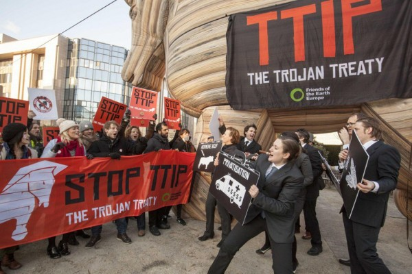 Цяла Европа въстана срещу Транс-атлантическото споразумение за заробване на ЕС - TTIP