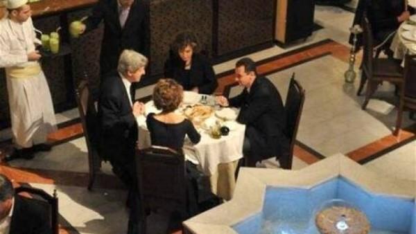 Снимка от вечерята на семейство Асад с Джон Кери и съпругата му!