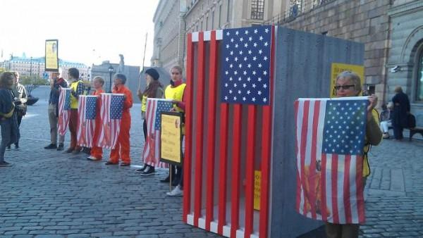 Протестиращи срещу политиката на САЩ швейцарци са приготвили клетка-затвор за Барак Обама