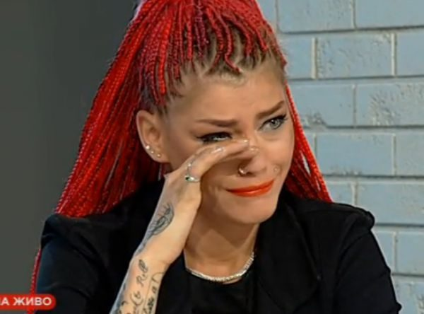 Жана плаче