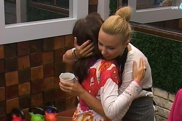 Илина и Миглена прегръдка